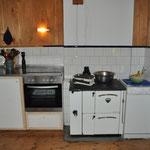 So schaut es jetzt aus. Michel wird noch einen Deckel für die Geschirre bauen und über dem Kühlschrank fehlen noch ein paar blaue Borden...Aber sonst: Schööön!! :-)