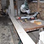 Aus einfachen Brettern, werden Fußleisten mit verzierter Oberkante.