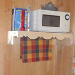 Das Mikrowellenregal bekommt eine Handtuch-Trockenstange.