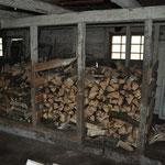 Und das Holz der Tanne füllt eine weitere ausgebaute Schweinebucht.