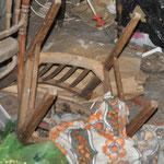 In der Scheune finde ich diese Stühle. Und weil mir die gedrechselten in der Küche nicht gefallen...