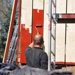 Die Bretter der ersten Etage sind dran, endlich kann gestrichen werden. Michel rollt die Wand,...