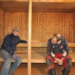 Michel und Volly bauen die Bänke um und ein.