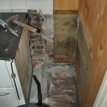 Zuerst muss die Mauer neben der Küchenhexe weg, sonst ist die Lücke nicht breit genug.