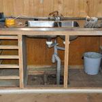 Auch die Küchenzeile wird komplett abgeschliffen,...