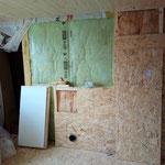 Links der Toilette ist die Öffnung zur Abseite, hier wird eine Luke für Revisionszwecke eingebaut.