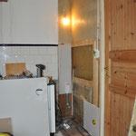 Auch die Vertäfelung muss runter. Dann wird die Wand neu aufgebaut und der Abfluss der Geschirre vorbereitet. Mal sehen, wo wir im Keller rauskommen....  ;-)