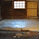 Die Balken werden nach unten MÄUSESICHER verschlossen, die Zwischenräume mit Steinwolle isoliert und mit Folie abgedeckt.