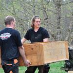 Die Herren tragen den alten Werkstattschrank raus...