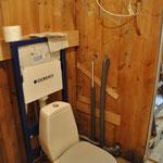 ...und die alte Toilette stehen.