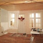 Michel baut die Verkleidung des Türrahmens aus rohen Brettern selbst.