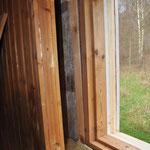 Michel beschließt, das Saunafenster direkt in die Scheunenwand zu integrieren, statt es nur VOR das vorhandene Scheunenfenster zu setzen. (Vergleiche mit Bild 5)