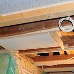 Mit vereinten Kräften bekommen wir es mit einigem Gefluche schließlich hin, die schwere Treppe am Rahmen anzuschrauben.