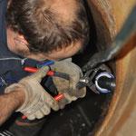 Zum Verschrauben des PE-Rohres wagt Michel sich dann in die Bruthöhle der Knotts. (Kleine schwedische Kribbelmücken.)
