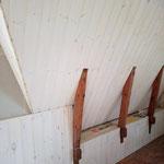 Die offene Fläche soll mit einem unbearbeiteten Brett abgedeckt werden. Als Regal!