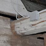 Von der Unterkonstruktion muss auch ein alter Balken abgefangen werden.