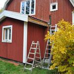 Zuerst wird die noch fehlende Windfeder , dann die Dachrinne angebaut.