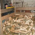 In der Scheune haben wir eine ehemalige Schweinebucht umgebaut, langsam füllt sie sich mit Brennholz.