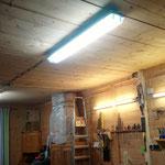 Die zusätzlichen Leuchtstoffröhren machen ordentlich Licht zum Arbeiten.
