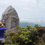 太忠岳ツアー、巨岩・天柱石の先に安房の町を望む。