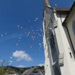 Die Ballone steigen der Kirchenfassade nach hoch...