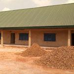Baumaterial liegt auf dem Schulhausplatz bereit