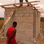 Das WC-Gebäude wird aufgebaut