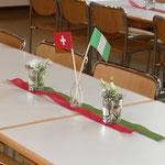 Liebevolle Tischdekoration in den Landesfarben von Nigeria und der Schweiz