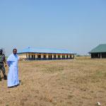 Pfarrer Kenneth mit Wachmann auf dem Schulhausplatz