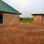 Das WC wurde neben dem Schulhaus gebaut ....