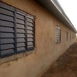 Fassade mit den neu montierten Fensterläden