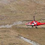 Da eine Landung vor Ort nicht möglich war, stieg der Arzt in unmittelbarer Nähe der verletzten Person aus dem Helikopter.