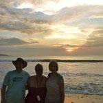 Martin, Christine, Katharina am Muaya Beach zum Sonnenuntergang