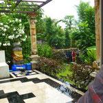 Blick von der Küche und Terasse auf den Garten in Amed