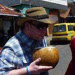hmmm, lecker (?) Martin trinkt eine Kokosnuss