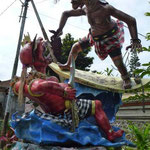 Ein Oga-Oga (mit hilfe solcher Kunstwerke wird in einer Zeremonie des ganzen Landes (vergleichbar wie Fasching) das Böse überlistet und von der Insel geschickt