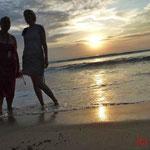 Sonnenuntergang, Christine und Kathrina am Muaya Beach