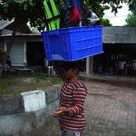 Balinesische Lebensart: Männer spielen Karten (um Geld) - Frauen schleppen die Ausrüstung (in diesem Fall zwei komplette, noch leicht nasse inkl. Trimmblei)