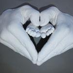 Handabdruck Papa in Herzform sowie Fußabdruck vom Kind