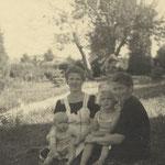 Gertrud Krause (geb. Kraemer) mit Kinder, Maria Kraemer (ca. 1944)