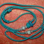 Showleine 110 cm mit integrierter Halsung, Kehlkopfschutz, Strass- und Glasperlen. Mit Kordelstopp feststellbar. Farbe Neon Turquoise