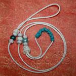 Showleine 110 cm mit integrierter Halsung, Kehlkopfschutz, Strass- und Glasperlen. Mit Kordelstopp feststellbar. Farbe White, Kehlkopfschutz Neon Turquoise