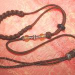 Showleine 80 cm mit integrierter Halsung, Kehlkopfschutz, Messing Perlen und Strassperlen. Mit Kordelstopp feststellbar. Farbe Chocolate