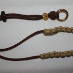 Halsung mit Kehlkopfschutz und Glasperlen, Farben: Walnut und Gold mit Kordelstopp feststellbar