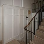 Einbauschrank in Treppenhaus in Strichlack