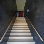Treppenbelag in Esche in Sichtbetonwände