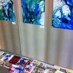 Erste Zwischenstände im Workshop 'Abstrakte Malerei' vor den abstrakten Malereien von Saskia Arndt