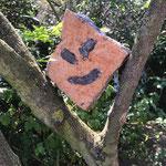 Kunstwerk aus dem Schulprojekt 'Steinzeitmalerei reloaded': Drachen im Baum