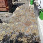 Dieser hier ist wasserundurchlässig, da auch Tragschicht aus Beton (weitgehend) wasserundurchlässig ist.