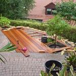 In die Holzterrasse wurden 2 Pflanzbereiche eingearbeitet.